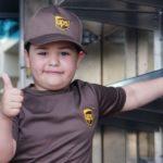 Menino com leucemia realiza sonho e se torna o 'motorista de entregas' mais jovem do mundo