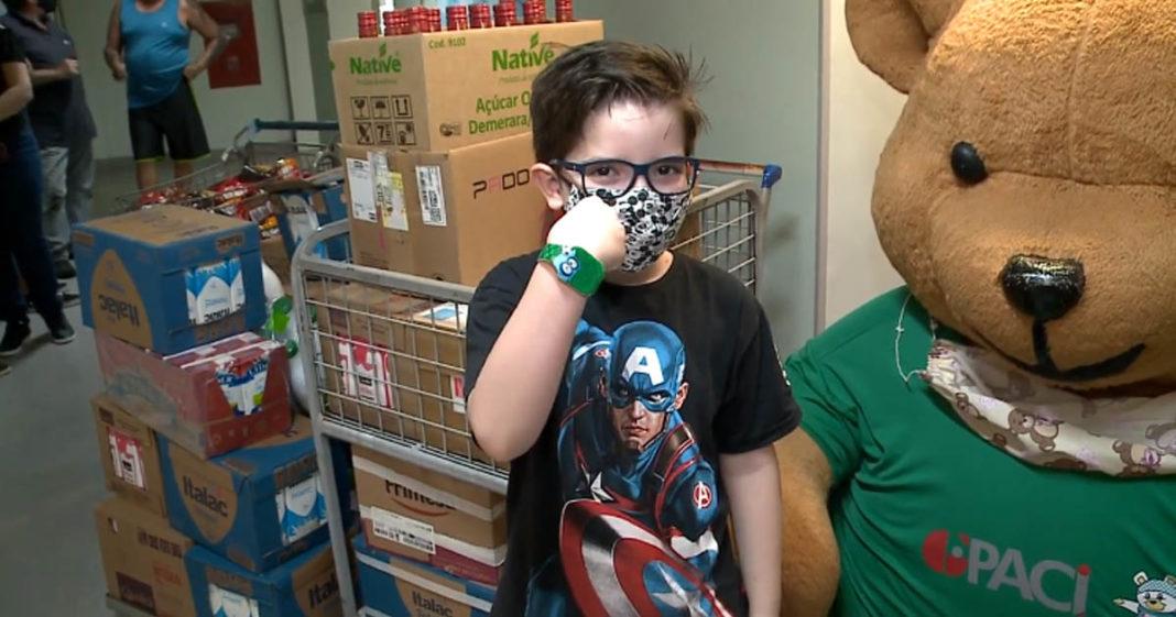 menino entrega doações alimentos presente aniversário hospital câncer