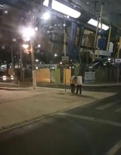 Motorista ajuda passageiro deficiente visual a descer de ônibus