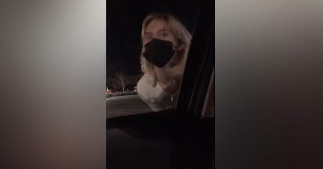 Menina do lado de fora do carro