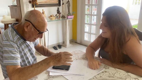 Neta ensinando avô a mexer em celular