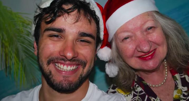 selfie neto avó usando gorro papei noel