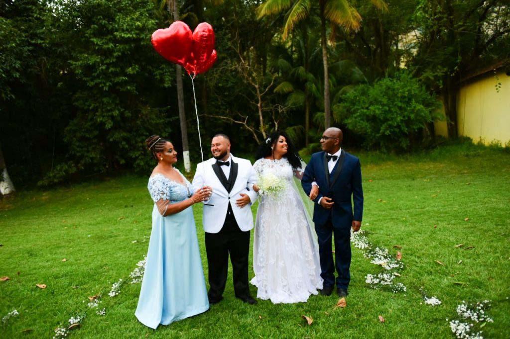 pais celebram casamento filha noivo gramado