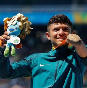 Petrúcio Ferreira com medalha de ouro