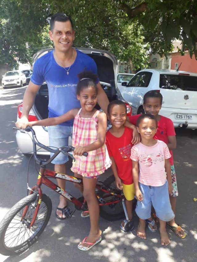 sargento doa bicicleta crianças rua