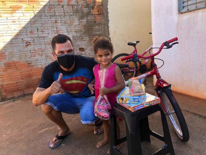 sargento doa bicicleta a menina