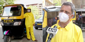 Professor indiano vestido com capote amarelo
