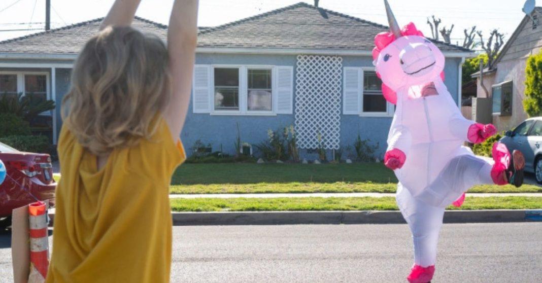 aluno vendo professora fantasiada unicornio