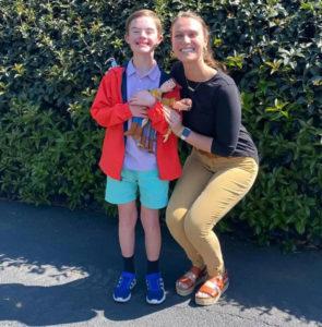 Professora abraçada com aluno com síndrome de down