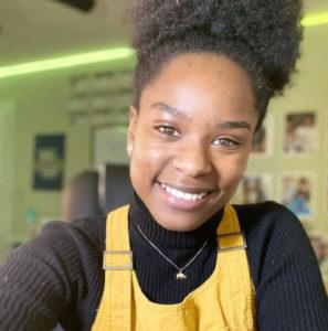 Professora sorrindo em selfie