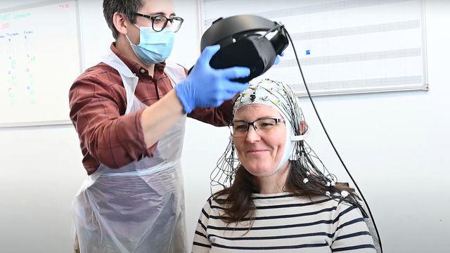 pesquisador coloca VR paciente dores crônicas