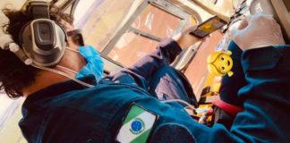 Paramédico em helicóptero resgatando criança