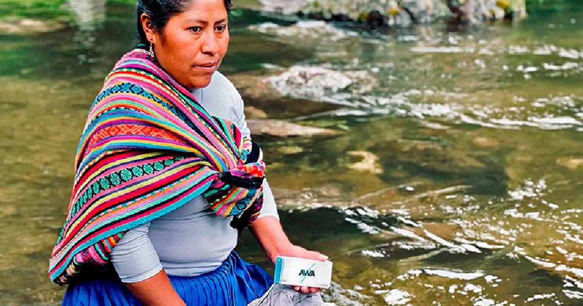 Mulher com sabão em rio