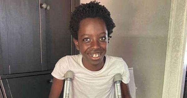 Menino que salvou irmãos de ataque sorrindo