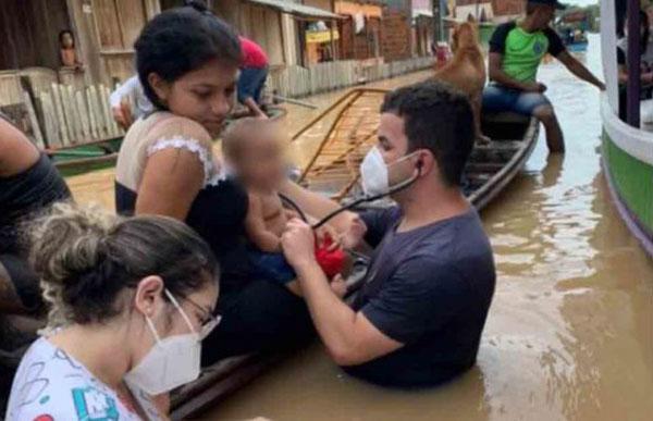 Médico atendendo criança em barco
