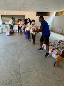 Voluntários em entrega de cestas básicas