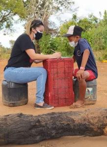 Voluntários ensinando crianças em ocupação