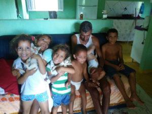 Crianças ao lado do tio