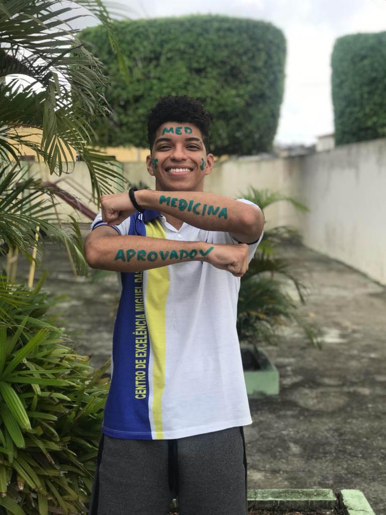 quilombola sorrindo braços pintados medicina aprovação curso