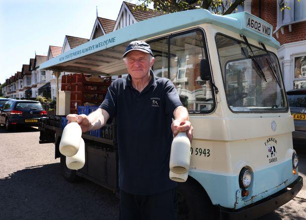 leiteiro salva vida de clientes idosas