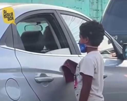 meninos fazem amizade no trânsito trocam presentes