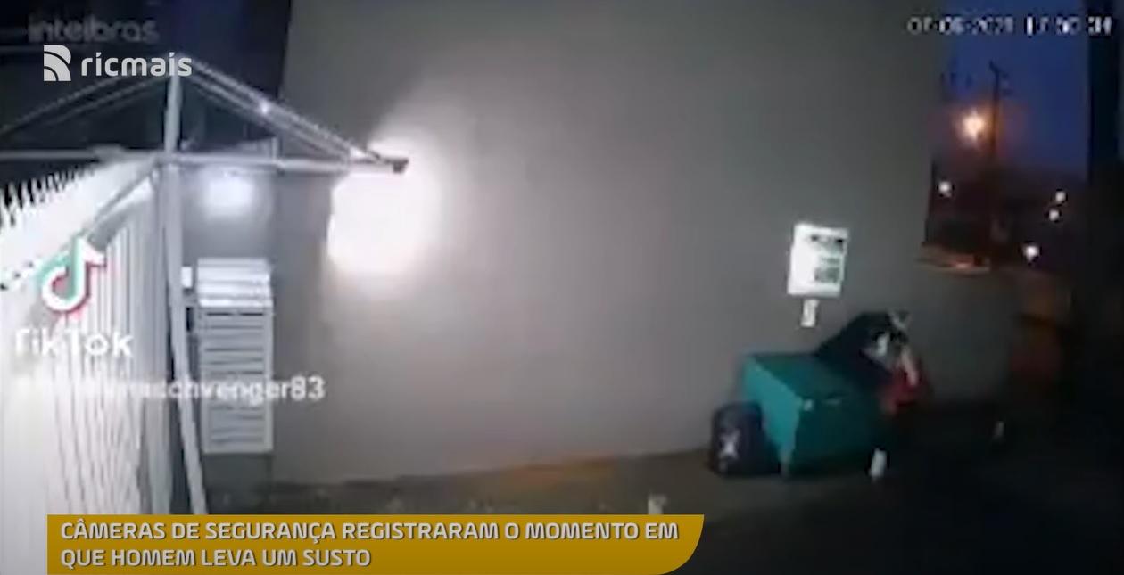 morador de rua entra em caçamba para se proteger do frio