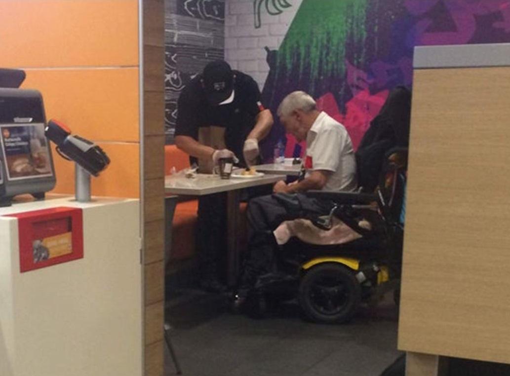 funcionário mcdonalds larga atendimento para ajudar idoso com deficiência
