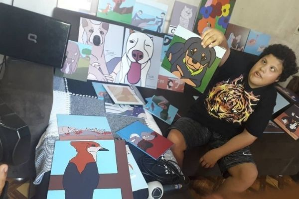 Vaquinha para menino com paralisia no olho que faz desenhos incríveis no paint