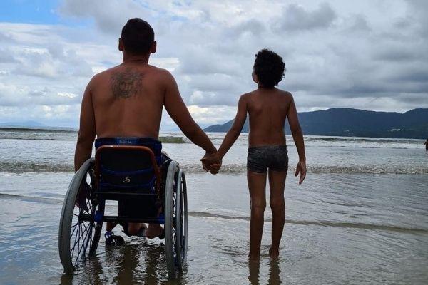 paratleta Tiago Souza e seu filho de 7 anos