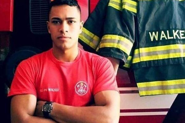 bombeiro realiza atendimento em libras