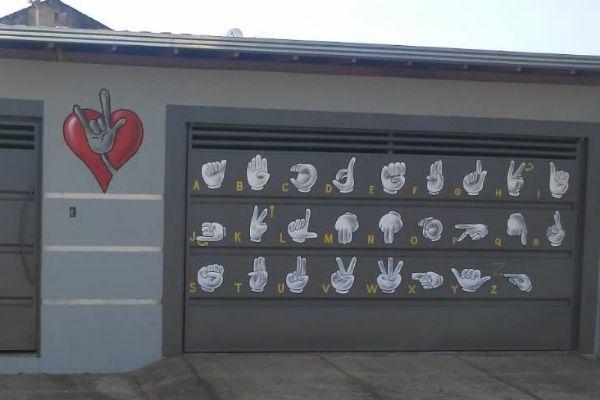 casa pintada com a língua de sinais