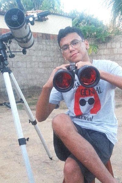 Arthur fez seu próprio telescópio
