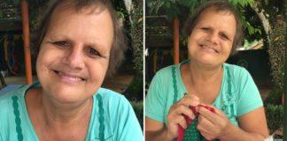 Mulher sorrindo e fazendo crochê