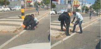 policial ajuda vendedor a recolher chicletes