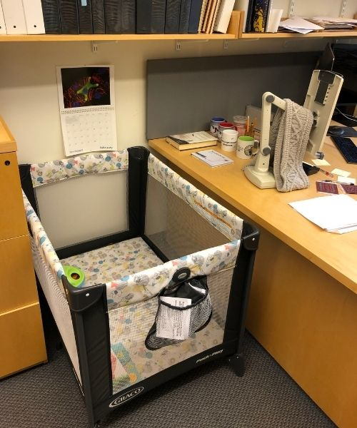 professor compra berço para bebê de estudante