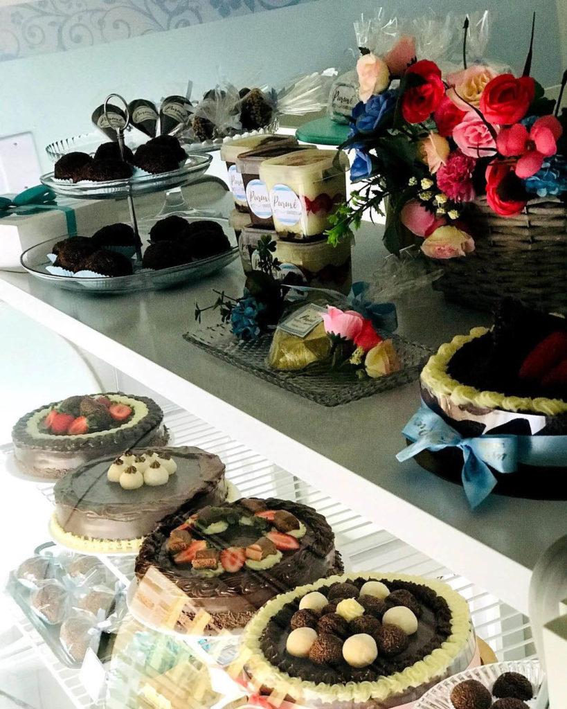 bolos expostos bancada confeitaria