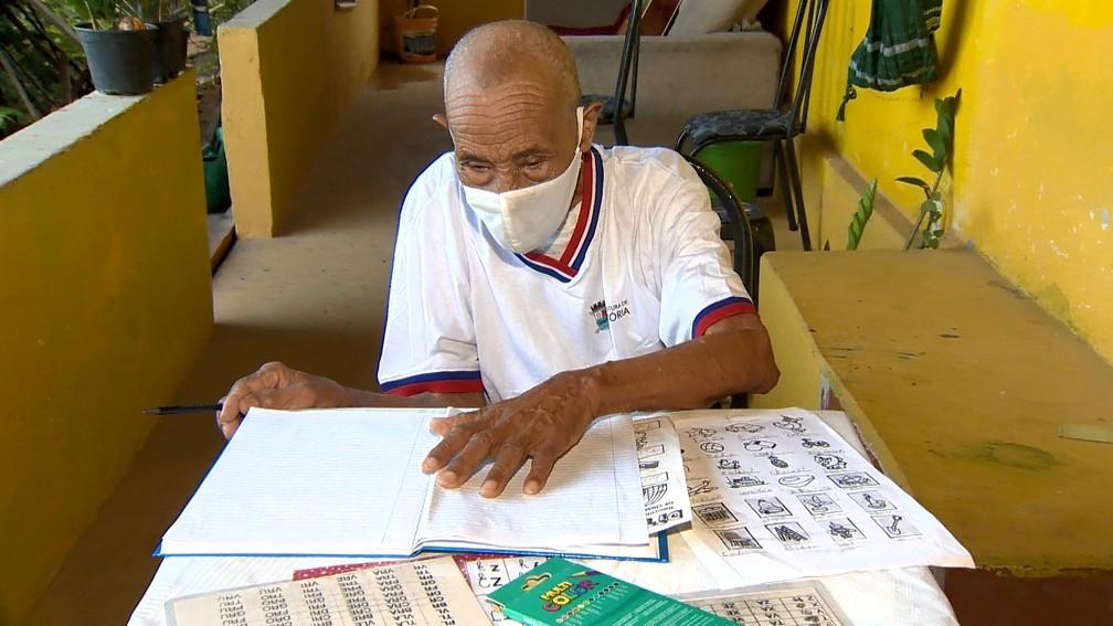 idoso de 102 anos volta a estudar