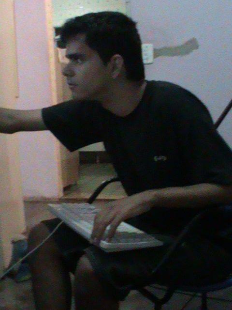 rapaz mexendo computador teclado colo