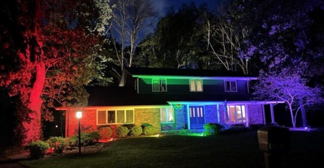 casal gay ilumina casa inteiro cores arco-íris