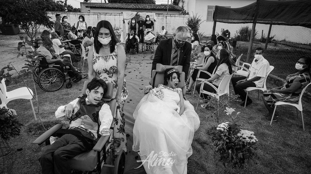 casal de jovens deficientes se casa