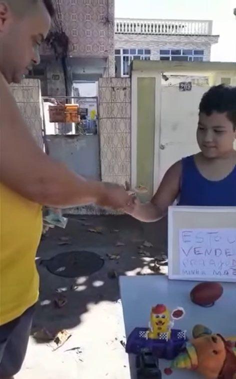 menino monta banquinha brinquedos ajudar família