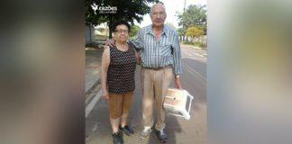 idoso leva banquinho esposa descansar caminhada