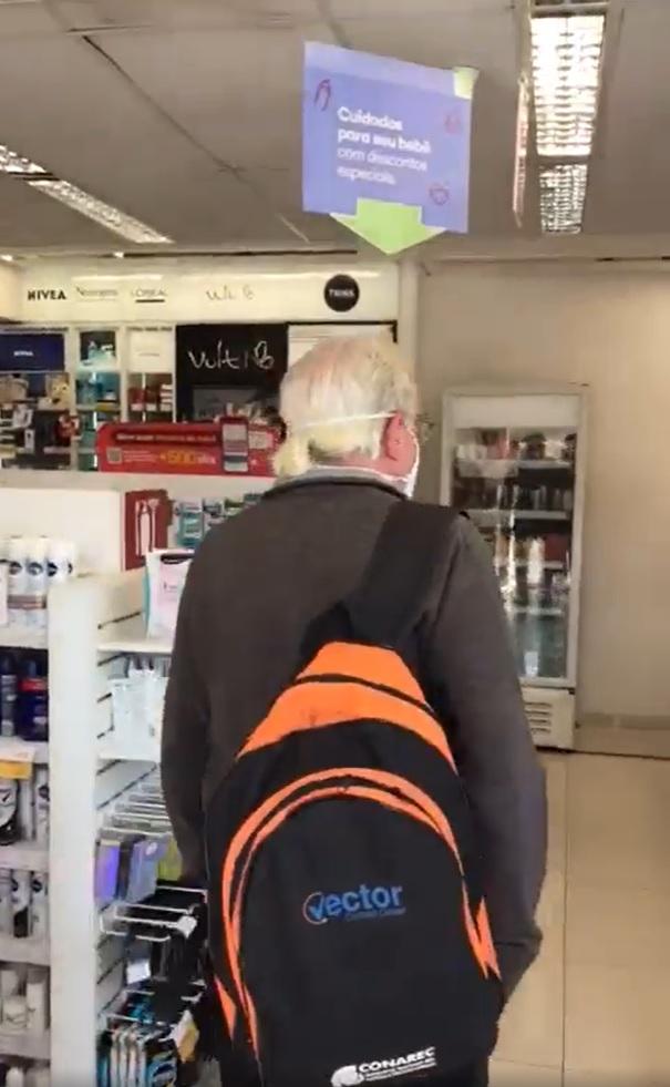idoso recebido carinho volta ao trabalho