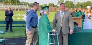 jovem paralítico aplaudido de pé receber diploma