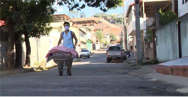 jovem vende pães caseiros com carrinho de mão