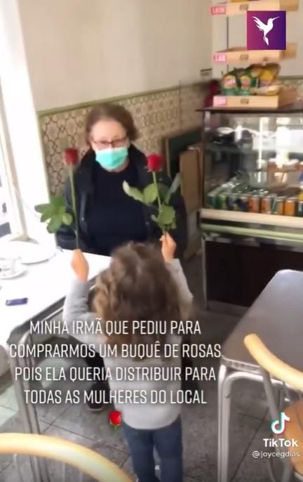 menina distribui rosas mulheres lanchonete