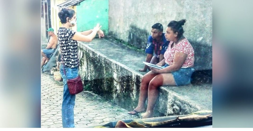 jovem intérprete libras ensina aluna surda