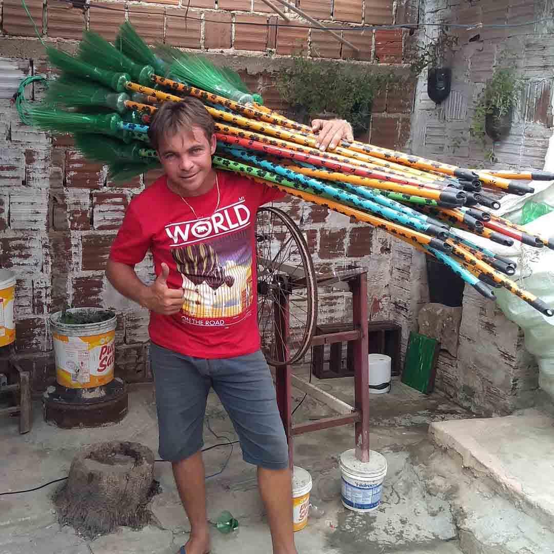 gari segura vassouras feitas garrafas pet ombros
