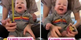 bebê se diverte brincando com fita métrica