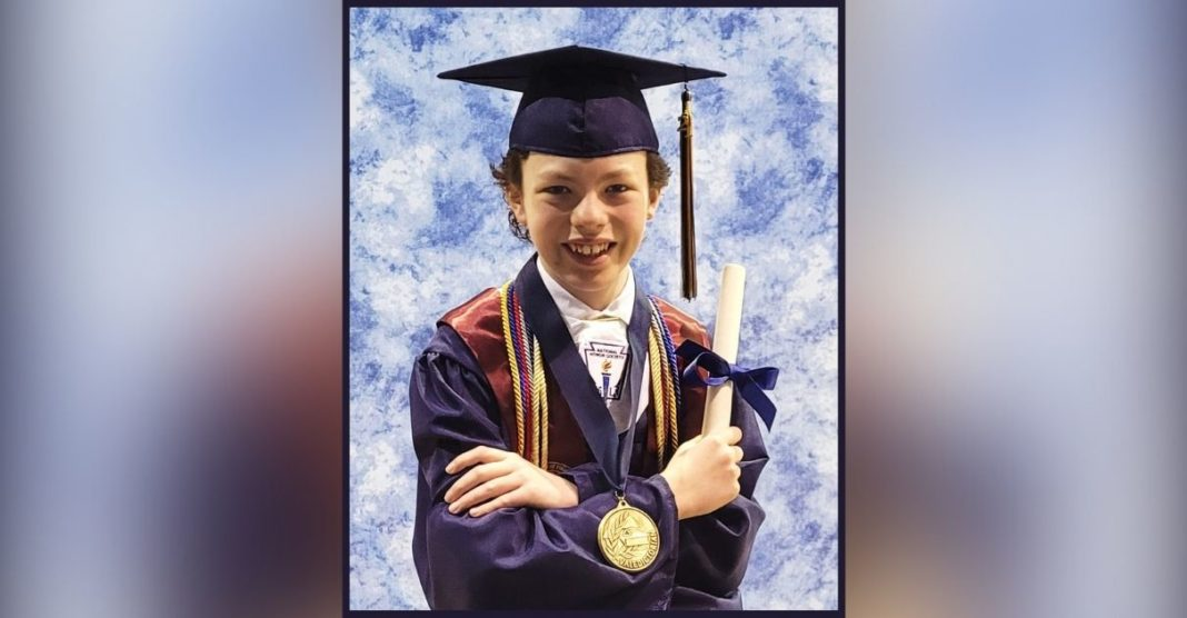 menino se forma escola e faculdade na mesma semana
